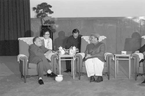 ▲原料图片:1982年10月19日,邓幼平同志在人民大会堂会见巴基斯坦总统齐亚·哈克。(新华社)