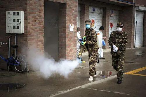 2020年5月23日,做事人员在吉林省舒兰市一处居民幼区进走环境消毒。