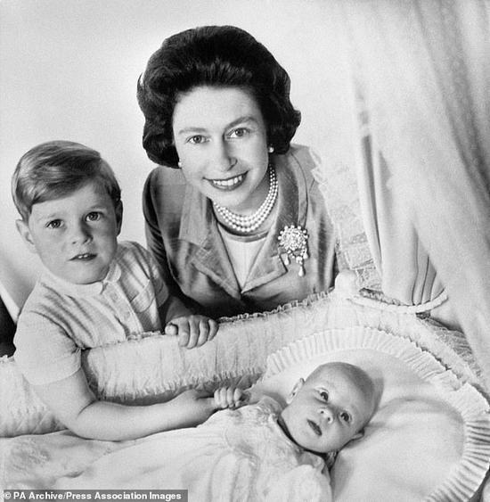 年轻时的伊丽莎白二世与4岁的安德鲁王子和刚出生不久的爱德华王子。(每日邮报)