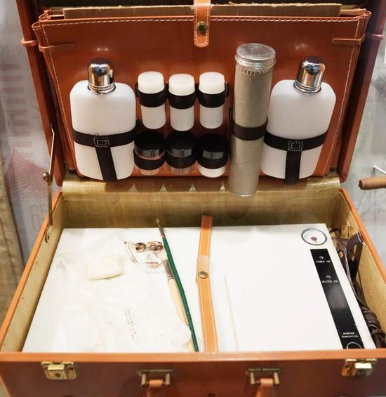 在位于美国华盛顿的国际间谍博物馆,一套可以秘密拆开并还原信件的工具。新华社记者刘杰摄