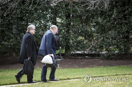 美国白宫副幕僚长哈金(右) 图片来源:韩联社/欧新社