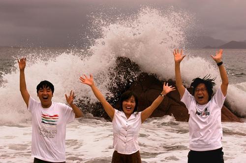 2004年7月,陈超(右)一家三口在深圳。徐敬亚 摄
