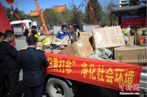 原料图:执法人员查看作凶成品。中新社记者 刘文华 摄