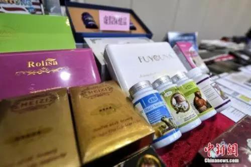 原料图:广东省公安厅内展现的涉案子虚保健品。中新社记者 陈骥旻 摄
