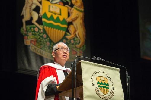 丘成桐教授获阿尔伯塔大学荣誉博士学位