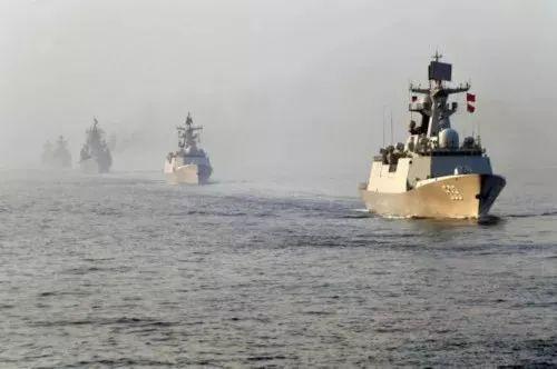5月3日,中俄联合军演参演舰艇在联合反潜科目中编队航渡。新华社记者李紫恒 摄