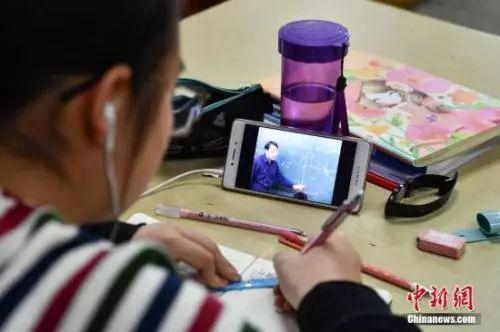 资料图:学生在写作业。中新社记者 任东 摄