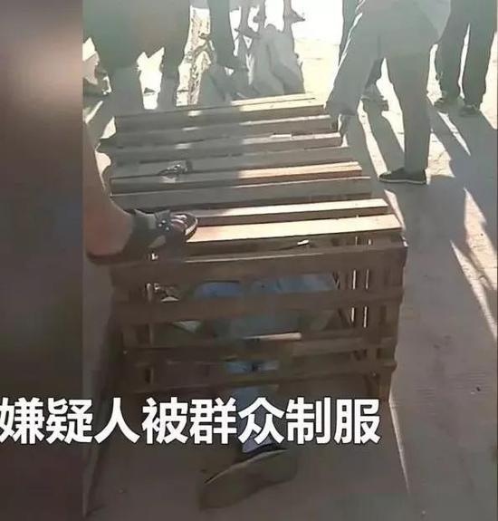 歹徒被制服(视频截图)