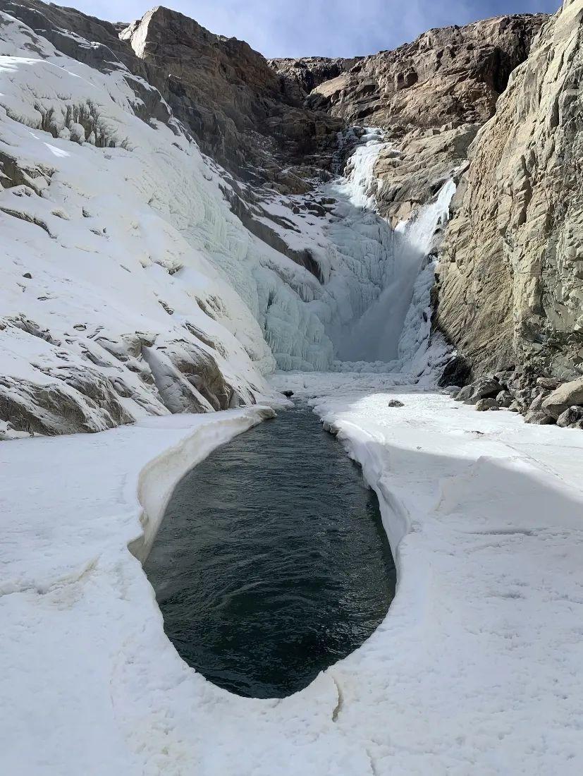 王相军落水处,顺水势而下的是有着近20米落差的瀑布,瀑布底端形成冰面。受访者供图