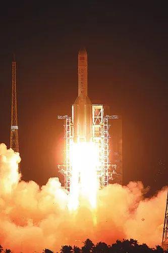 ▲资料图片:长征五号运载火箭点火升空。(新华社)