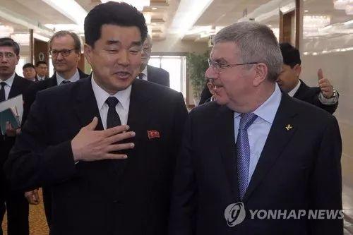 3月29日,国际奥委会主席巴赫(右)抵达平壤。朝鲜体育相金一国前来迎接。(韩联社/法新社)