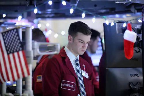 12月24日,营业员在美国纽约证券营业所做事。新华社记者王迎摄