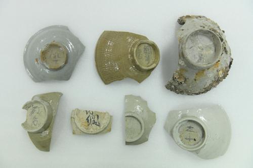 韩国海域挖掘的宋元陶瓷,底部印有汉字(韩联社)