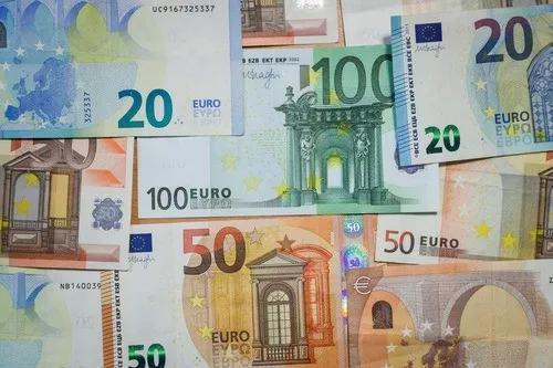 这是2018年12月28日在比利时布鲁塞尔拍摄的欧元纸币。新华社记者郑焕松摄