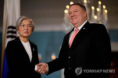 韩国外长康京和与美国国务卿蓬佩奥(韩联社)