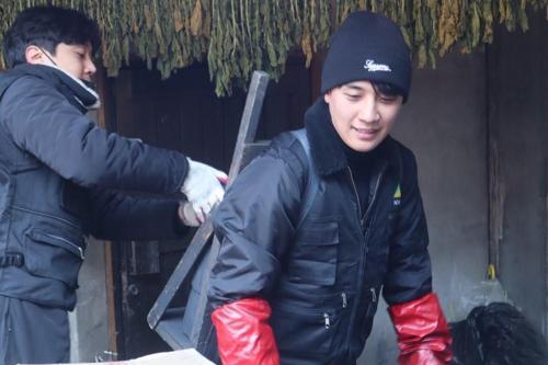 28岁生日,胜利给福利机构赠送蜂窝煤。(韩联社)