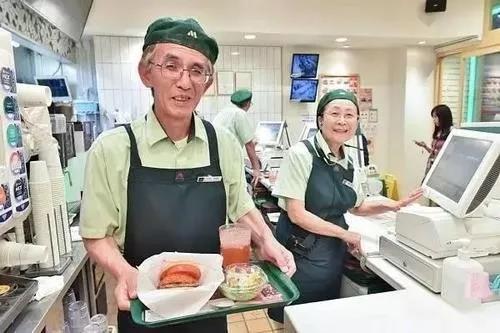 老年人在快餐店工作。(图片来自网络)