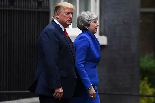 6月4日,在英国伦敦,美国总统特朗普(左)与英国首相特雷莎·梅离开唐宁街10号首相府。新华社发(阿尔贝托·佩扎利摄)