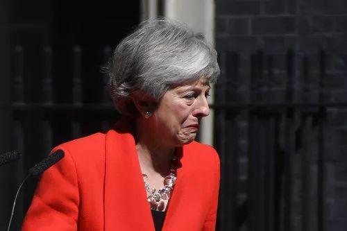 这是5月24日,在英国伦敦唐宁街10号首相府,英国首相特雷莎·梅宣布她将于6月7日辞去保守党领导人一职。新华社发(阿尔贝托·佩扎利摄)