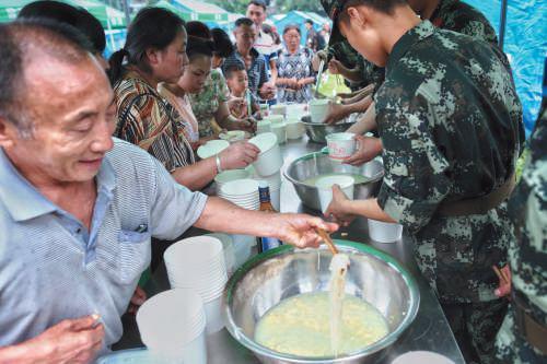▲昨晚,双河镇受灾村民吃上了第一顿热饭,武警部队提供的鸡蛋面。