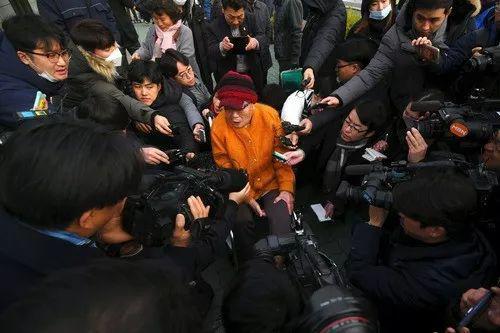 2018年11月29日,在韩国首尔,一名二战时期强征劳工的韩国受害者(中)接受媒体采访。新华社/法新