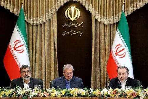 7月7日,在伊朗德黑兰,伊朗政府发言人阿里·拉比(中)、伊朗原子能组织发言人贝赫鲁兹·卡迈勒万迪(左)和伊朗外交部副部长阿巴斯·阿拉格希出席新闻发布会。新华社/美联