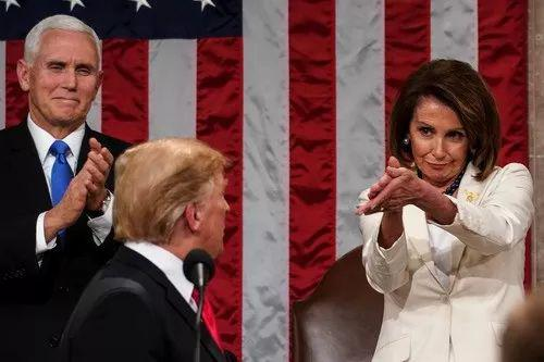 2月5日,美国总统特朗普(前)准备在国会发表国情咨文演讲,副总统彭斯(后左)与国会众议院议长佩洛西(后右)鼓掌致意。新华社/法新