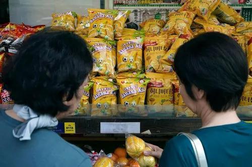 8月2日,在日本首都东京的新大久保,商店货架上摆放着韩国生产的商品。新华社/美联