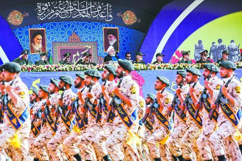 9月22日,伊朗总统鲁哈尼在德黑兰出席纪念两伊战争爆发39周年的阅兵式。