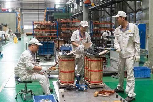 ▲中车株洲电机公司车间,工人们在工作。(新华社记者 陈思汗 摄)