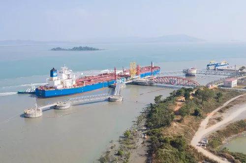 """▲1月13日,一艘油轮停靠在缅甸马德岛中缅油气管道项目卸油码头,准备卸载石油。这是""""一带一路""""倡议在缅甸实施的先导项目。2017年4月10日,中缅领导人在北京共同见证了多领域双边合作文件的签署。新华社记者杜宇摄"""