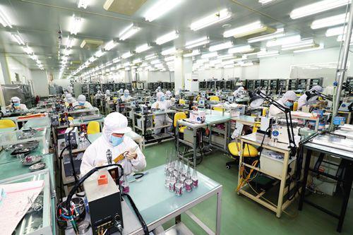 2月13日,北京滨松光子技术股份有限公司廊坊分公司,工人在生产光电倍添管。张伟 摄