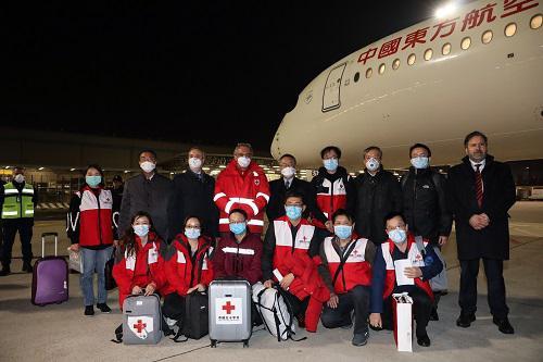 当地时间3月12日22时31分(北京时间13日5时31分),由国家卫生健康委和中国红十字会组建的专家组一行9人,携带31吨医疗物资从上海飞抵罗马菲乌米奇诺机场,支援意大利新冠肺炎疫情防控工作。这是继支援伊朗、伊拉克之后,中国派出的第三支医疗专家团队。图片来源:新华社