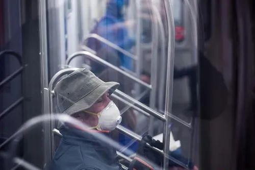 On March 17, a passenger on the subway in New York City, USA was wearing a mask and gloves.