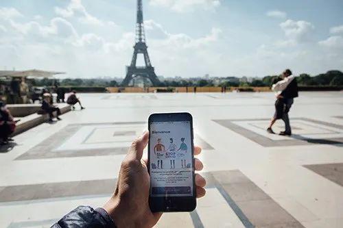 2020年6月10日,法国巴黎,智能手机上表现的追踪新冠病毒传播途径的一款手机行使程序。