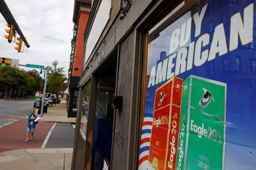 """10月1日,在宾夕法尼亚州的伊斯顿,一个商店橱窗打出""""买美国货""""的海报。新华社/路透"""