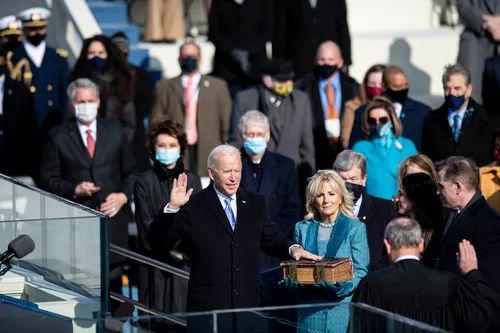 1月20日,在美国首都华盛顿国会山,拜登(前左)在美国第46任总统就职典礼上宣誓。新华社记者刘杰摄