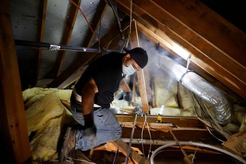 △当地时间21日,得州工人抢修当地水管。