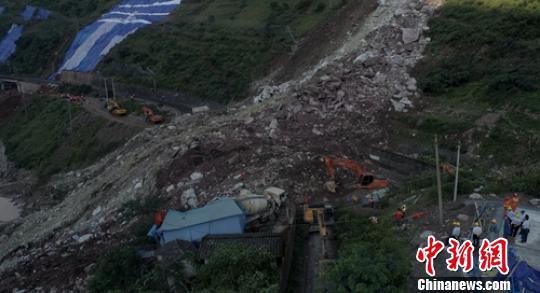 成昆鐵路埃岱2號隧道出口處的垮塌現場。 劉忠俊 攝