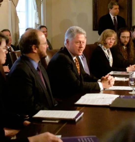 ·泽科(右一)和美国时任总统克林顿(左二)一起参加会议。