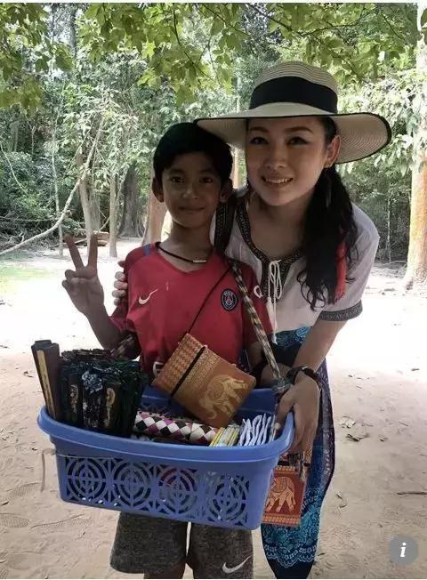 ▲上传视频的马来西亚女游客与萨利克 图据《南华早报》