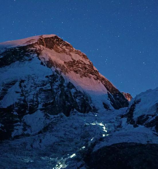5月22日早晨3点,两支队伍走进在昆布冰山里,他们准备在太阳还没照到冰川前经由过程这片危险的区域。摄影/Rocker