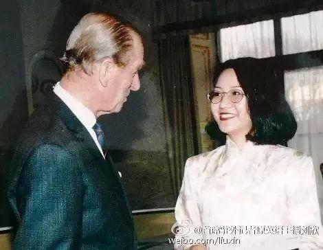 △刘欣在白金汉宫从菲利普亲王手中接过世界英语演讲赛证书