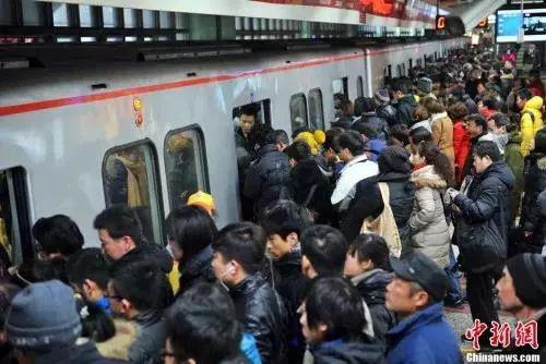 材料图:北京地铁四惠站的人潮  金硕 摄