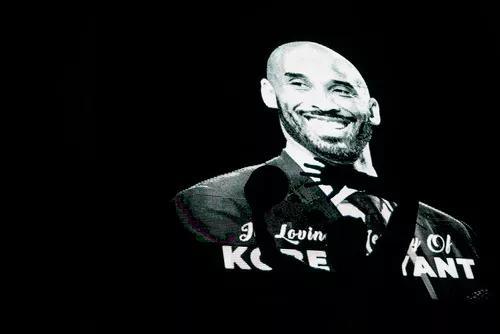 1月26日,在洛杉矶湖人队主场斯台普斯中心外,显示屏上展示出科比生前照片。新华社记者 李颖 摄