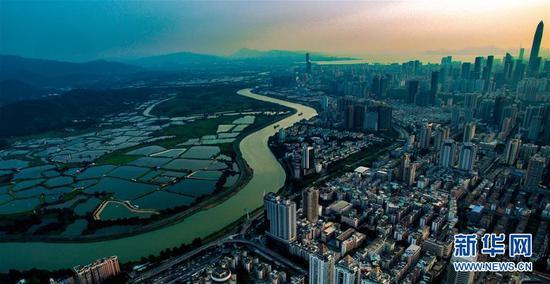 无人机拍摄的深圳和香港落马洲河套地区及周边风光(2018年5月23日摄)。 新华社记者毛思倩摄