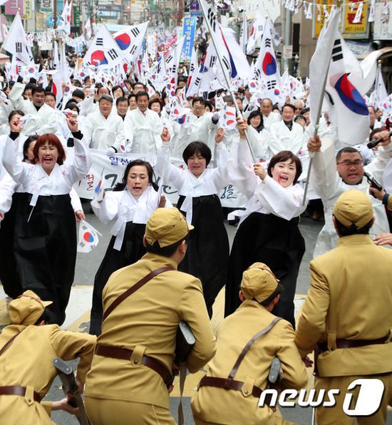 """韩国纪念独立运动:""""日本宪兵""""阻扰民众游行被痛打(news 1)"""
