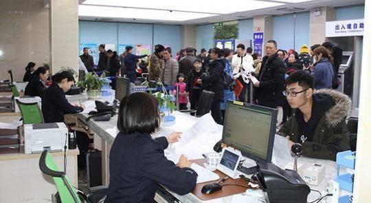 泸州迎来出入境办证高峰期