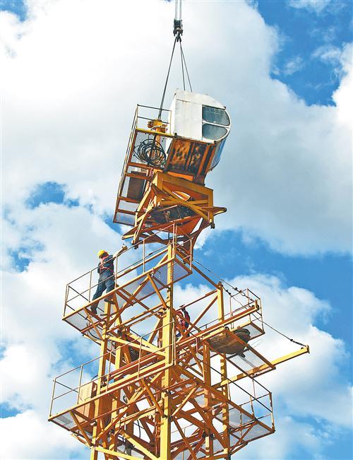 8月3日,湖南省永州市江永县建设工地,中铁十七局建筑工人在高空中安装塔吊。按照高质量发展要求,不少企业不断在提高供给质量上下功夫,进一步巩固国内市场,降低外部冲击带来的压力。 田如瑞摄(中经视觉)
