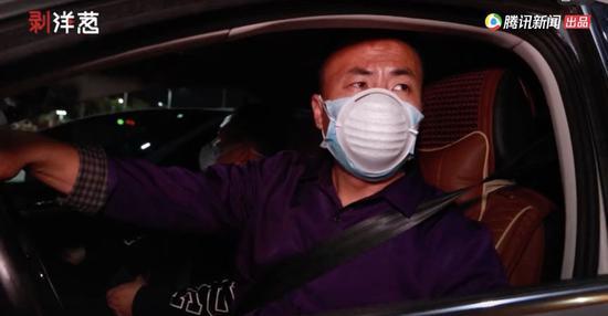 3月6日夜晚8时许,申军良驾车镇日一夜抵达广州。视频截图